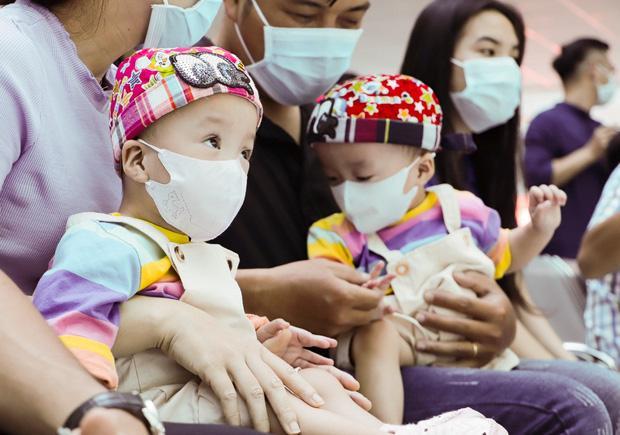 Trúc Nhi - Diệu Nhi tươi như hoa đón Trung thu cùng bố mẹ trong bệnh viện-4