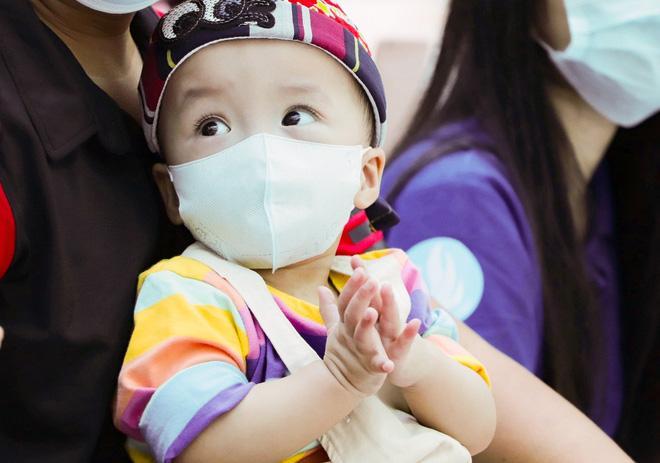 Trúc Nhi - Diệu Nhi tươi như hoa đón Trung thu cùng bố mẹ trong bệnh viện-5