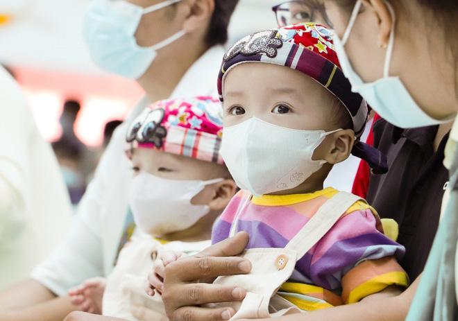 Trúc Nhi - Diệu Nhi tươi như hoa đón Trung thu cùng bố mẹ trong bệnh viện-2