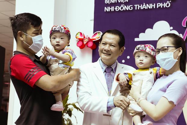 Trúc Nhi - Diệu Nhi tươi như hoa đón Trung thu cùng bố mẹ trong bệnh viện-13