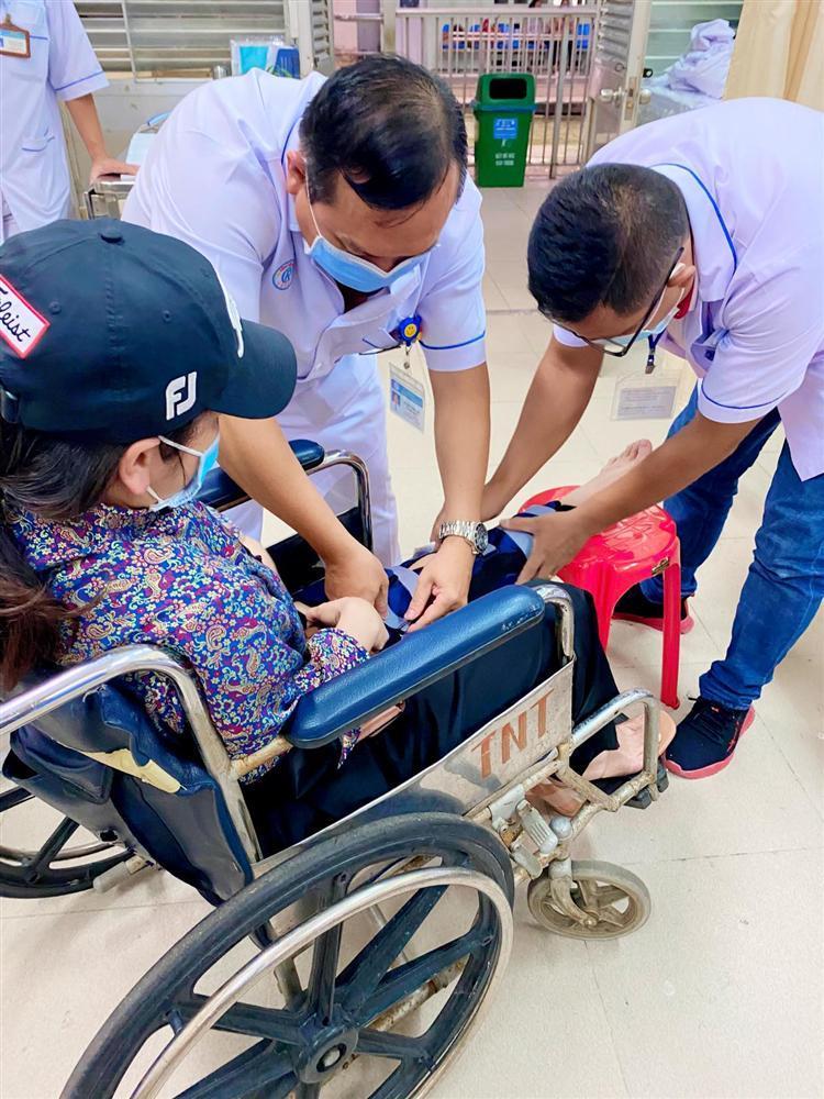 Nhật Kim Anh gặp tai nạn vẫn đi làm, mẹ đẻ phải ở bên dìu dắt-4