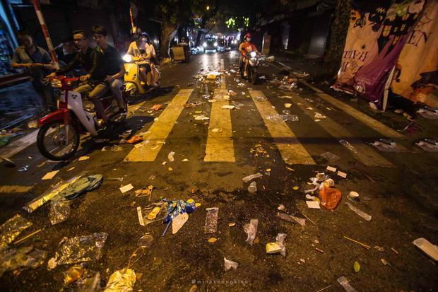 Nhà nhà đổ xô đi chơi Trung thu, tàn cuộc để lại Hà Nội ngập trong biển rác-4