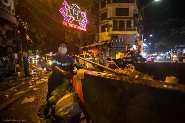 Nhà nhà đổ xô đi chơi Trung thu, tàn cuộc để lại Hà Nội ngập trong biển rác-7