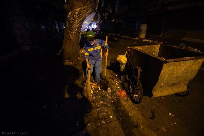 Nhà nhà đổ xô đi chơi Trung thu, tàn cuộc để lại Hà Nội ngập trong biển rác-8