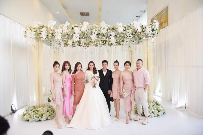 Ngọc Trinh nhiều lần chiếm spotlight cô dâu vì mặc quá nổi bật-4