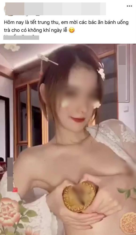 Cô gái trẻ gây tranh cãi khi cởi áo, để bánh nướng trước ngực rồi tạo dáng phản cảm-1