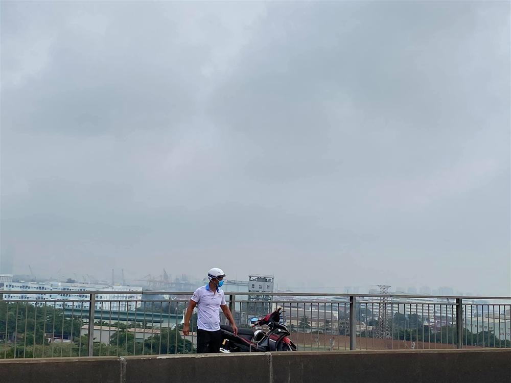 Vợ kẹt cứng trên cầu 3 tiếng, Bình Minh xuất hiện giải cứu như người hùng-1