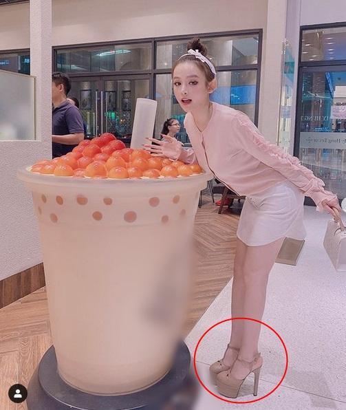 Huyền Baby - Hương Giang - Bích Phương hẳn là có thù với loại giày này-1