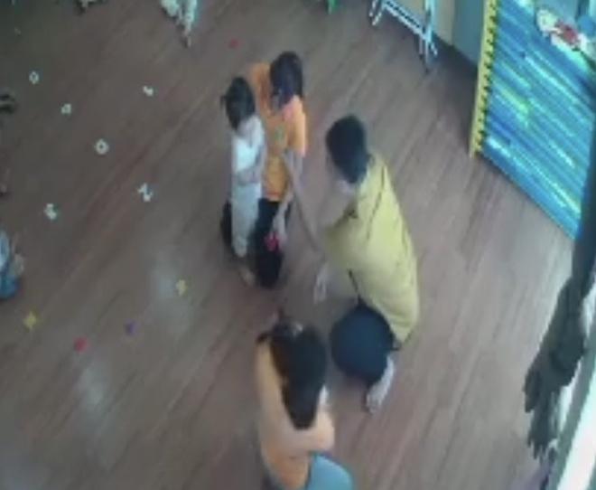Truy tìm người đàn ông đánh bé gái 2 tuổi ở trường mầm non-1
