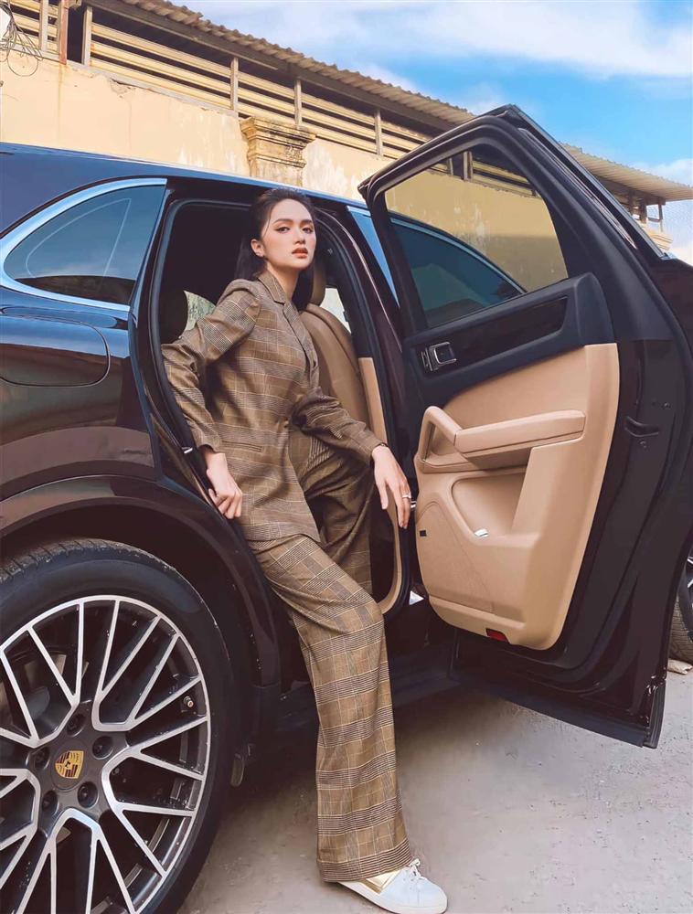 Cứ mỗi lần ngồi xe sang, Hương Giang lại chiêu đãi fan xu hướng thời trang mới-4