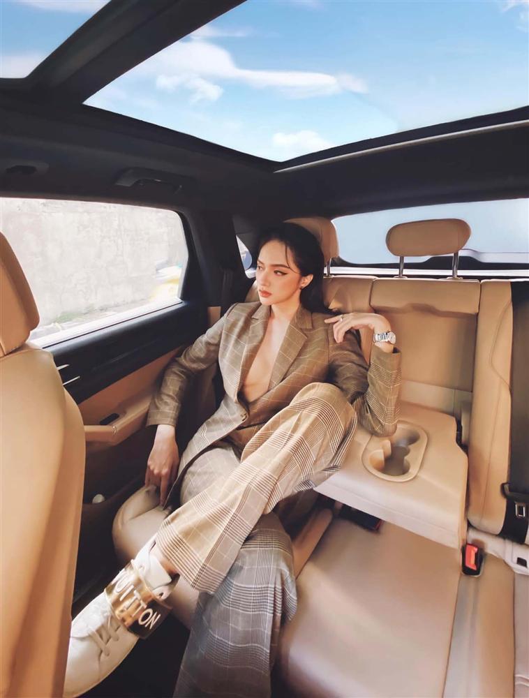 Cứ mỗi lần ngồi xe sang, Hương Giang lại chiêu đãi fan xu hướng thời trang mới-5