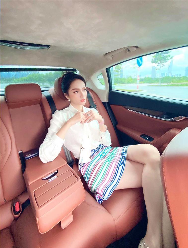 Cứ mỗi lần ngồi xe sang, Hương Giang lại chiêu đãi fan xu hướng thời trang mới-6