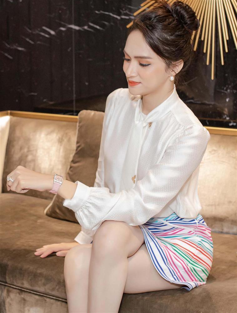 Cứ mỗi lần ngồi xe sang, Hương Giang lại chiêu đãi fan xu hướng thời trang mới-7