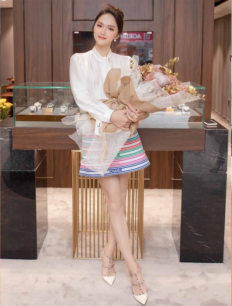 Cứ mỗi lần ngồi xe sang, Hương Giang lại chiêu đãi fan xu hướng thời trang mới-8