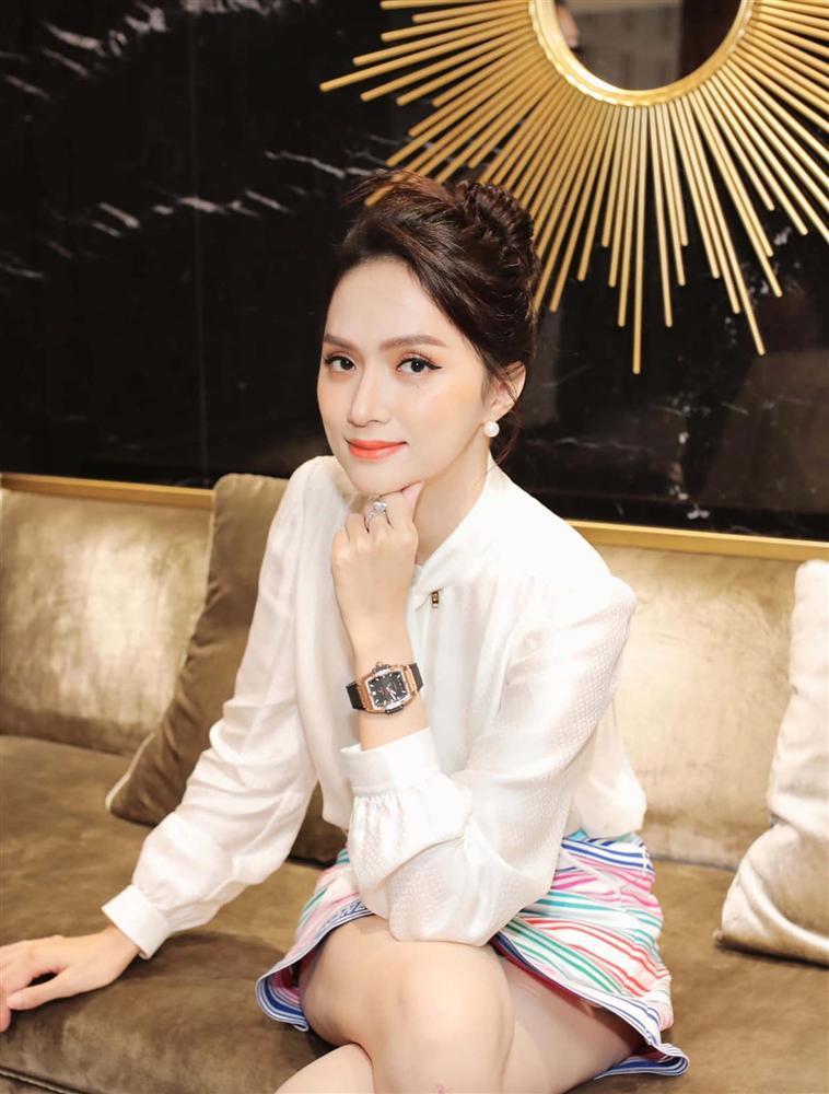Cứ mỗi lần ngồi xe sang, Hương Giang lại chiêu đãi fan xu hướng thời trang mới-9