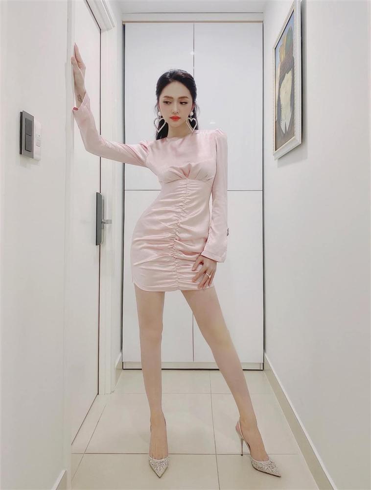 Cứ mỗi lần ngồi xe sang, Hương Giang lại chiêu đãi fan xu hướng thời trang mới-11