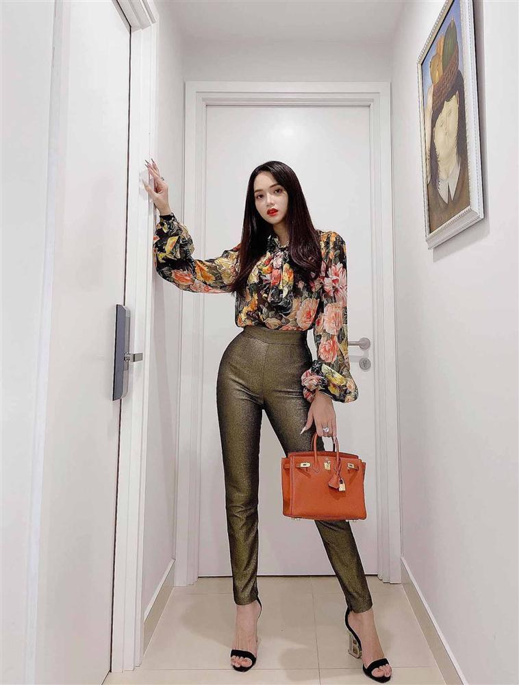 Cứ mỗi lần ngồi xe sang, Hương Giang lại chiêu đãi fan xu hướng thời trang mới-12