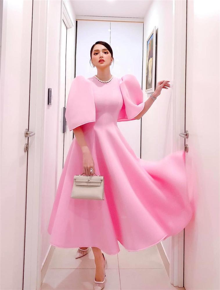 Cứ mỗi lần ngồi xe sang, Hương Giang lại chiêu đãi fan xu hướng thời trang mới-13