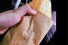 Nuốt không trôi trước những mẩu giấy gói bánh mì 'siêu bựa'
