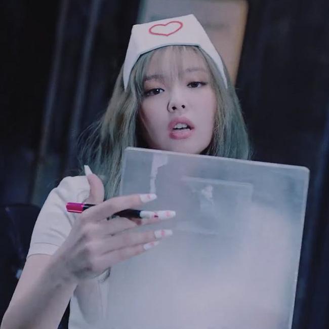 Jennie (BLACKPINK) gây tranh cãi vì tạo hình phản cảm, lộ đùi trắng nõn trong MV mới, netizen Hàn đang quá khắt khe?-1