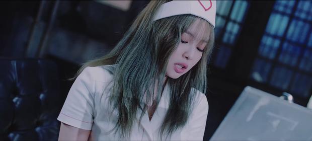 Jennie (BLACKPINK) gây tranh cãi vì tạo hình phản cảm, lộ đùi trắng nõn trong MV mới, netizen Hàn đang quá khắt khe?-3
