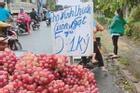 Màn biến hóa tinh vi 'gây lú' của hàng hoa quả vỉa hè khiến nhiều người mắc lừa, mất tiền mua xong vẫn chưa hiểu tại sao