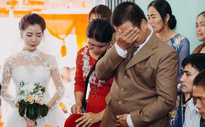 Cưới con gái, bố ôm mặt khóc như mưa nhưng thái độ của cô dâu khiến dân mạng tranh cãi-4