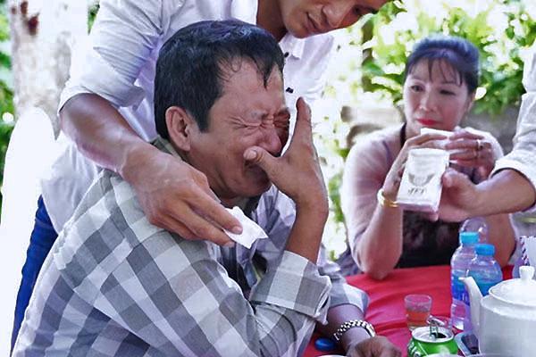 Cưới con gái, bố ôm mặt khóc như mưa nhưng thái độ của cô dâu khiến dân mạng tranh cãi-7