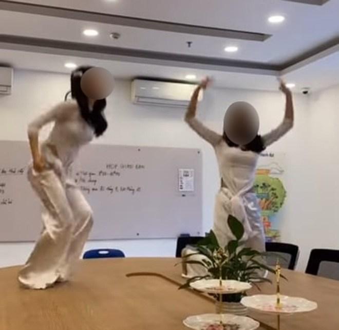 Nữ sinh Tây Ninh bị dội bom khi mặc áo dài nhảy nhót phản cảm trên bàn làm việc giáo viên-2