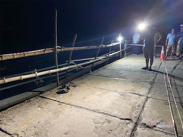 Nửa đêm: Ô tô đâm xe máy, húc vào lan can cầu rơi xuống sông, 5 người chết ở Nghệ An-1