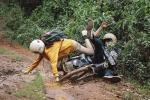 Ham hố phóng xe lội bùn 'phá đảo' Đà Lạt, cặp trai gái nhận cái kết 'chổng vó lên trời'