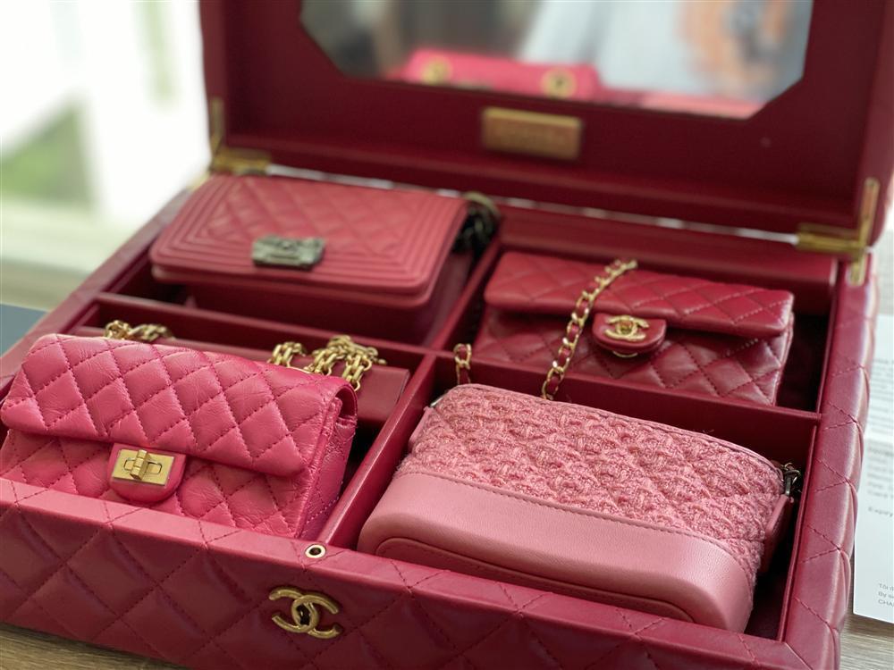 Ông bố vàng trong làng chiều con: NTK Đỗ Mạnh Cường tặng ái nữ set túi Chanel mini 650 triệu-2