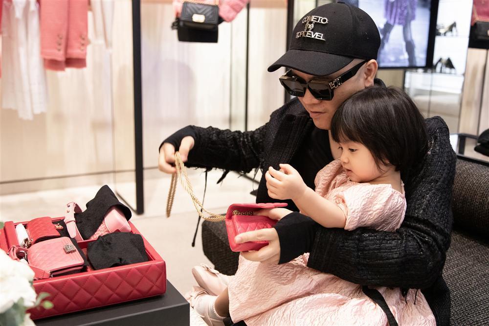 Ông bố vàng trong làng chiều con: NTK Đỗ Mạnh Cường tặng ái nữ set túi Chanel mini 650 triệu-3