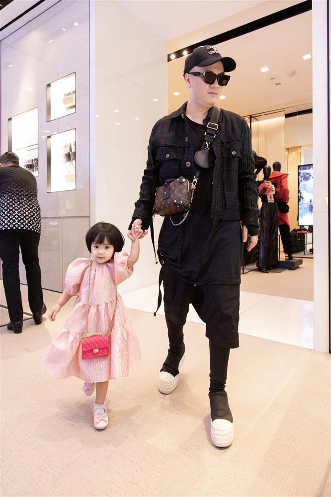Ông bố vàng trong làng chiều con: NTK Đỗ Mạnh Cường tặng ái nữ set túi Chanel mini 650 triệu-7