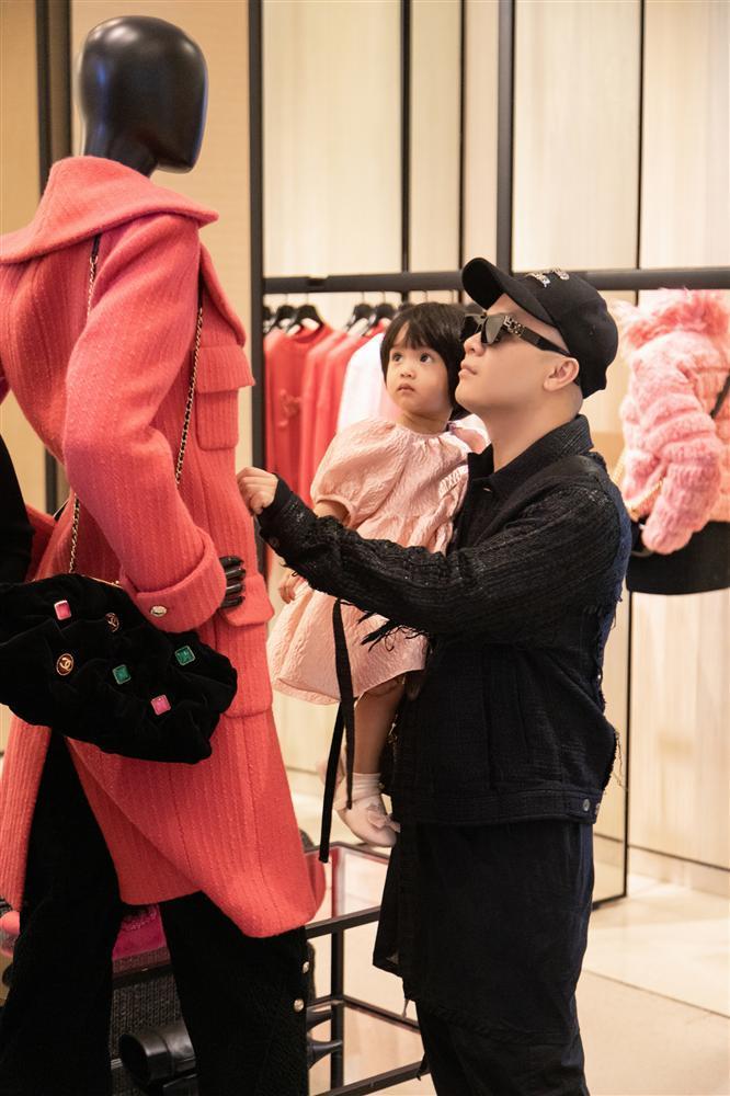 Ông bố vàng trong làng chiều con: NTK Đỗ Mạnh Cường tặng ái nữ set túi Chanel mini 650 triệu-1
