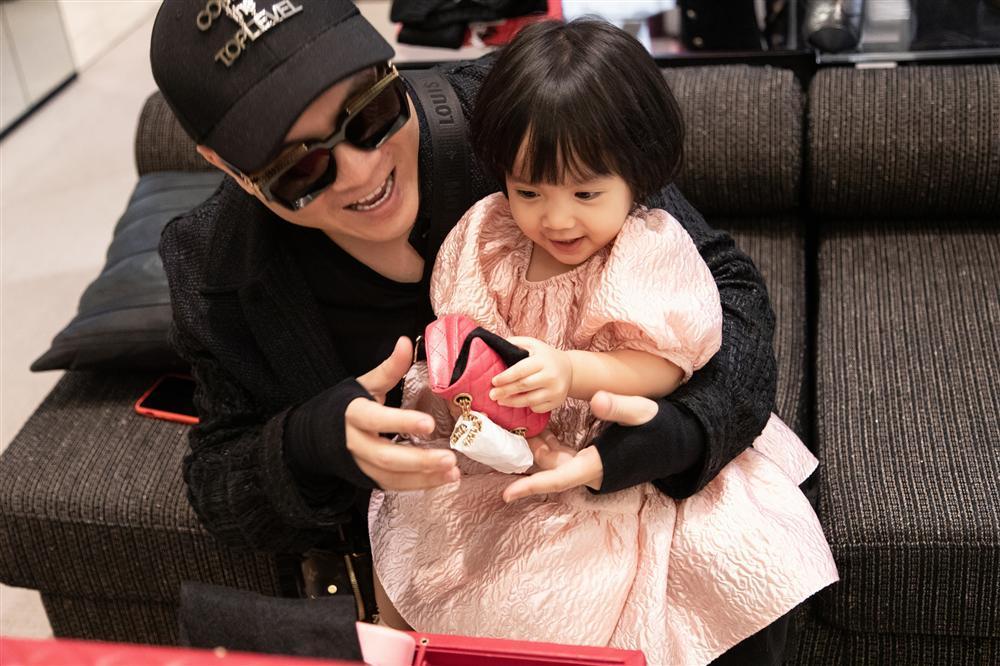 Ông bố vàng trong làng chiều con: NTK Đỗ Mạnh Cường tặng ái nữ set túi Chanel mini 650 triệu-4