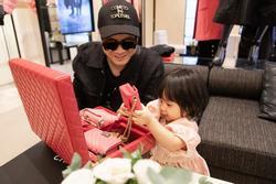'Ông bố vàng trong làng chiều con': NTK Đỗ Mạnh Cường tặng ái nữ set túi Chanel mini 650 triệu