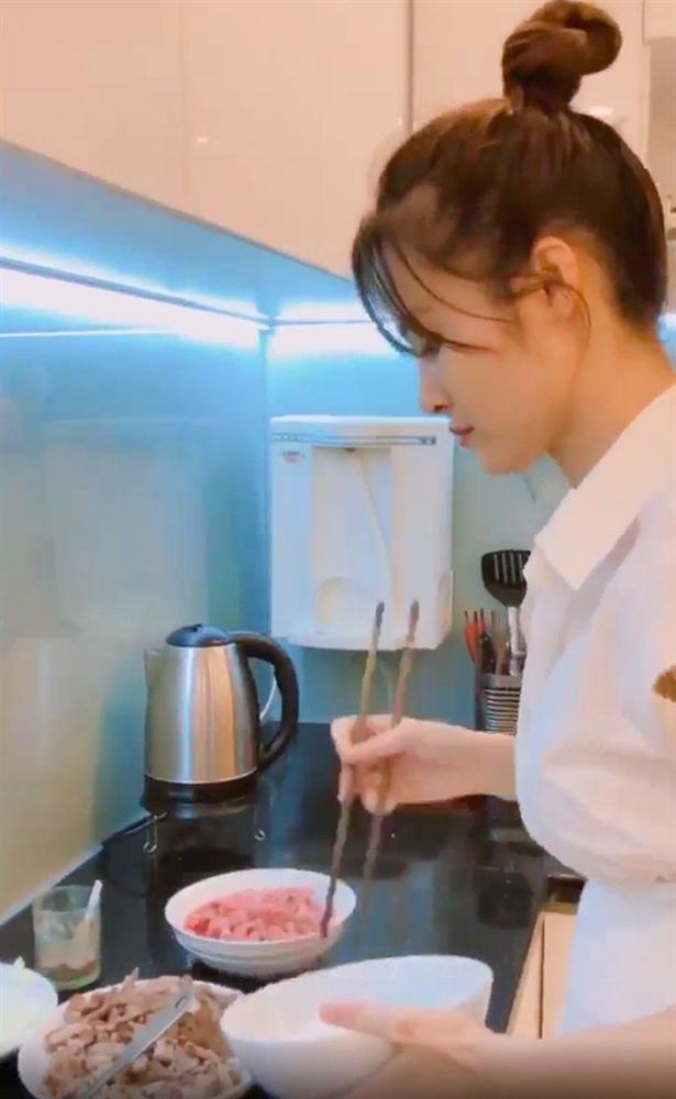 3 nàng dâu showbiz Việt giàu nứt vách vẫn hì hục vào bếp nấu ăn lúc bụng bầu khệ nệ-4