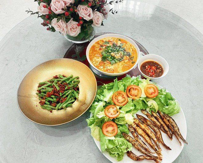 3 nàng dâu showbiz Việt giàu nứt vách vẫn hì hục vào bếp nấu ăn lúc bụng bầu khệ nệ-10