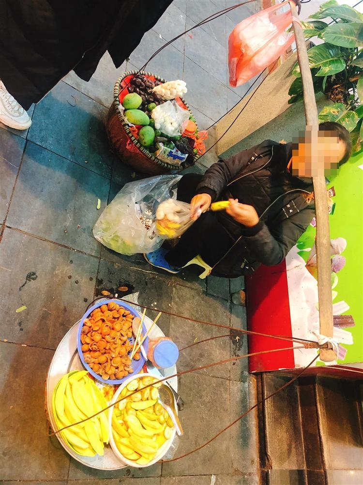 Hí hửng ra phố đi bộ Hà Nội, trai Sài Gòn bị chặt chém hơn 100k/ túi trái cây bé tí-2