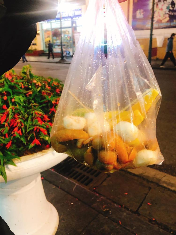 Hí hửng ra phố đi bộ Hà Nội, trai Sài Gòn bị chặt chém hơn 100k/ túi trái cây bé tí-1