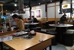 Không nhận khách nữ vì thường ngồi lâu và ít gọi đồ uống, nhà hàng Hàn Quốc bị chỉ trích