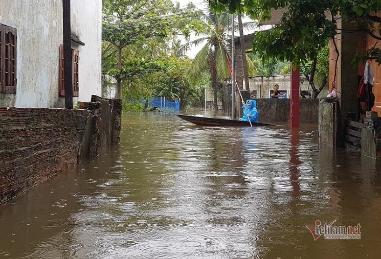 Mưa xối xả, nhiều nơi ở Đà Nẵng ngập ngang ngực, dân di chuyển bằng thuyền-1