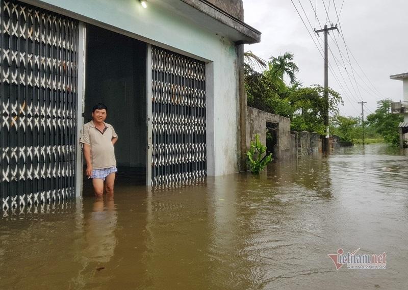 Mưa xối xả, nhiều nơi ở Đà Nẵng ngập ngang ngực, dân di chuyển bằng thuyền-2