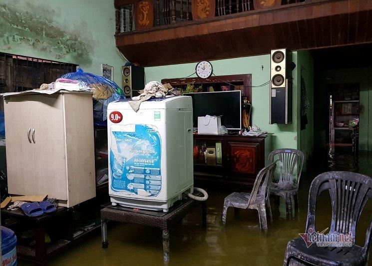 Mưa xối xả, nhiều nơi ở Đà Nẵng ngập ngang ngực, dân di chuyển bằng thuyền-4