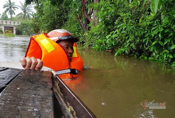Mưa xối xả, nhiều nơi ở Đà Nẵng ngập ngang ngực, dân di chuyển bằng thuyền-7