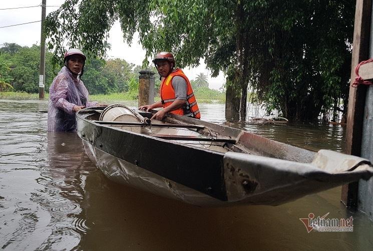 Mưa xối xả, nhiều nơi ở Đà Nẵng ngập ngang ngực, dân di chuyển bằng thuyền-8