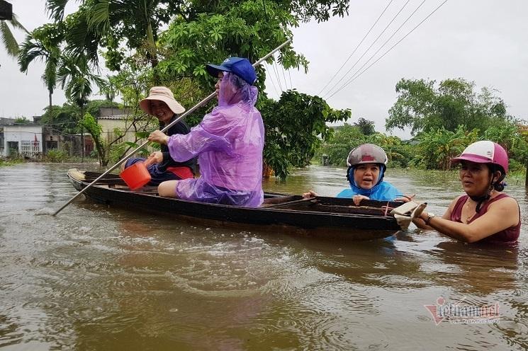Mưa xối xả, nhiều nơi ở Đà Nẵng ngập ngang ngực, dân di chuyển bằng thuyền-9