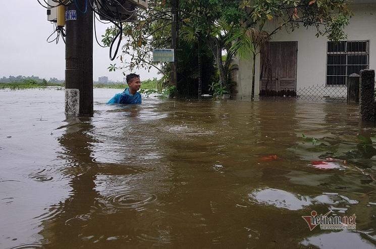 Mưa xối xả, nhiều nơi ở Đà Nẵng ngập ngang ngực, dân di chuyển bằng thuyền-10