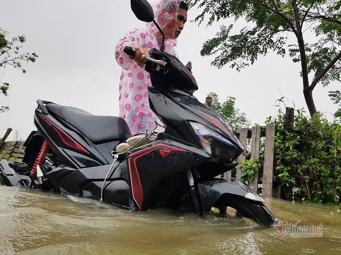 Mưa xối xả, nhiều nơi ở Đà Nẵng ngập ngang ngực, dân di chuyển bằng thuyền-12